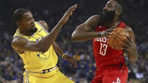 Harden, presionado por Durant, durante su extraordinaria exhibición.