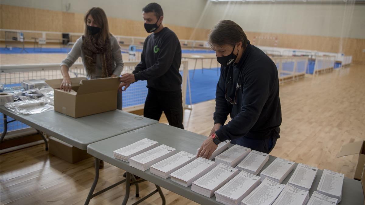 Preparativos para la jornada electoral, en el polideportivo municipal Camp del Ferro en el distrito de Sant Andreu.