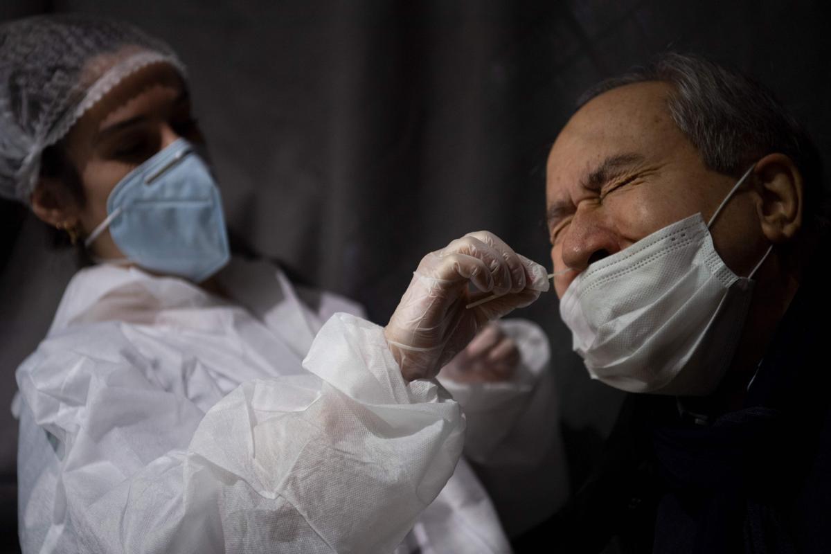 Un sanitario realiza un test de coronavirus a un ciudadano en Nantes.