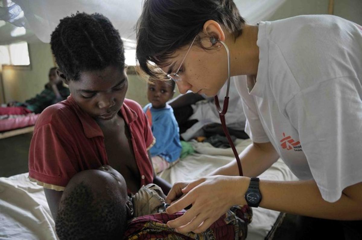 Una doctora de Médicos Sin Fronteras atiende a una niña con malaria.