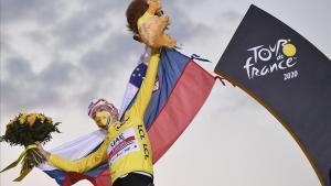 Tadej Pogacar celebra la victoria en el podio de los Campos Elíseos de París.
