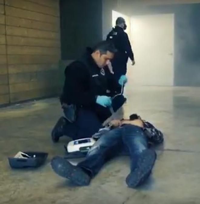 Fotograma de un vídeo promocional de la Ertzaintza en el que un agente utiliza un desfibrilador.