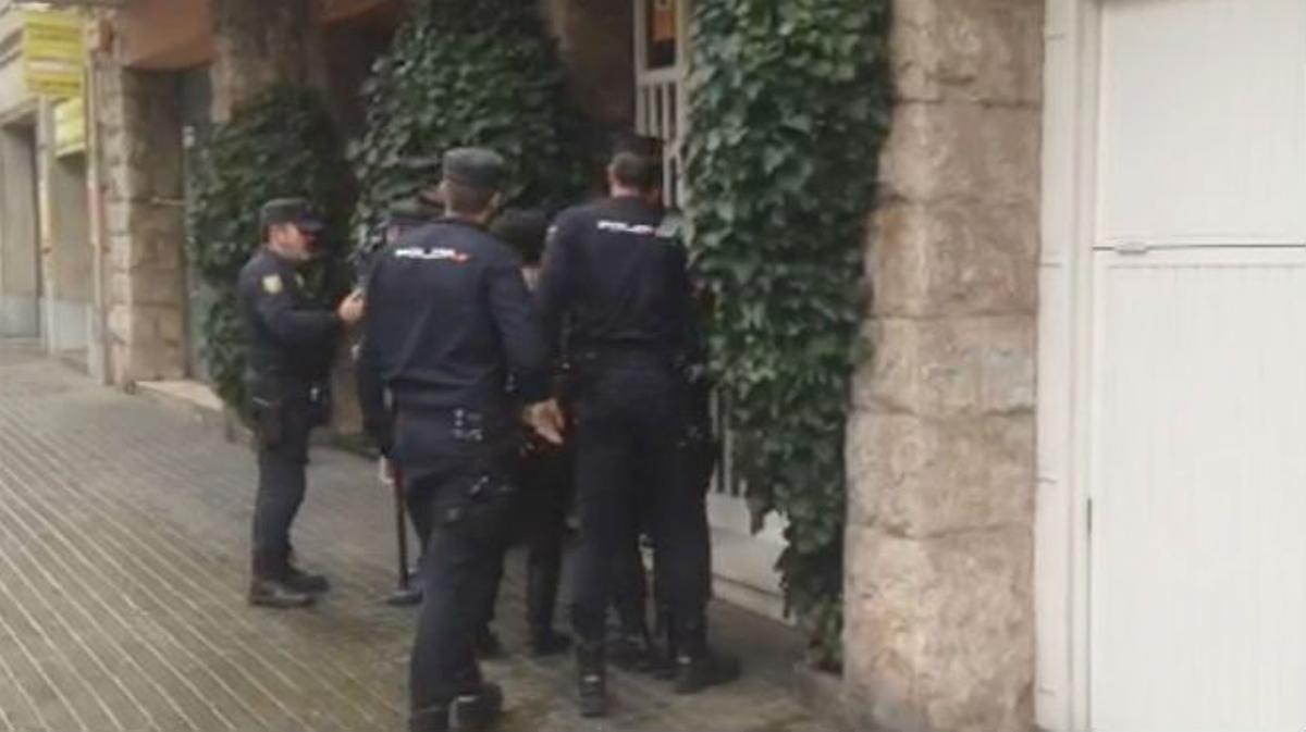 Agentes de la UDEF, a la entrada del domicilio de Jordi Pujol, en la avenida General Mitre