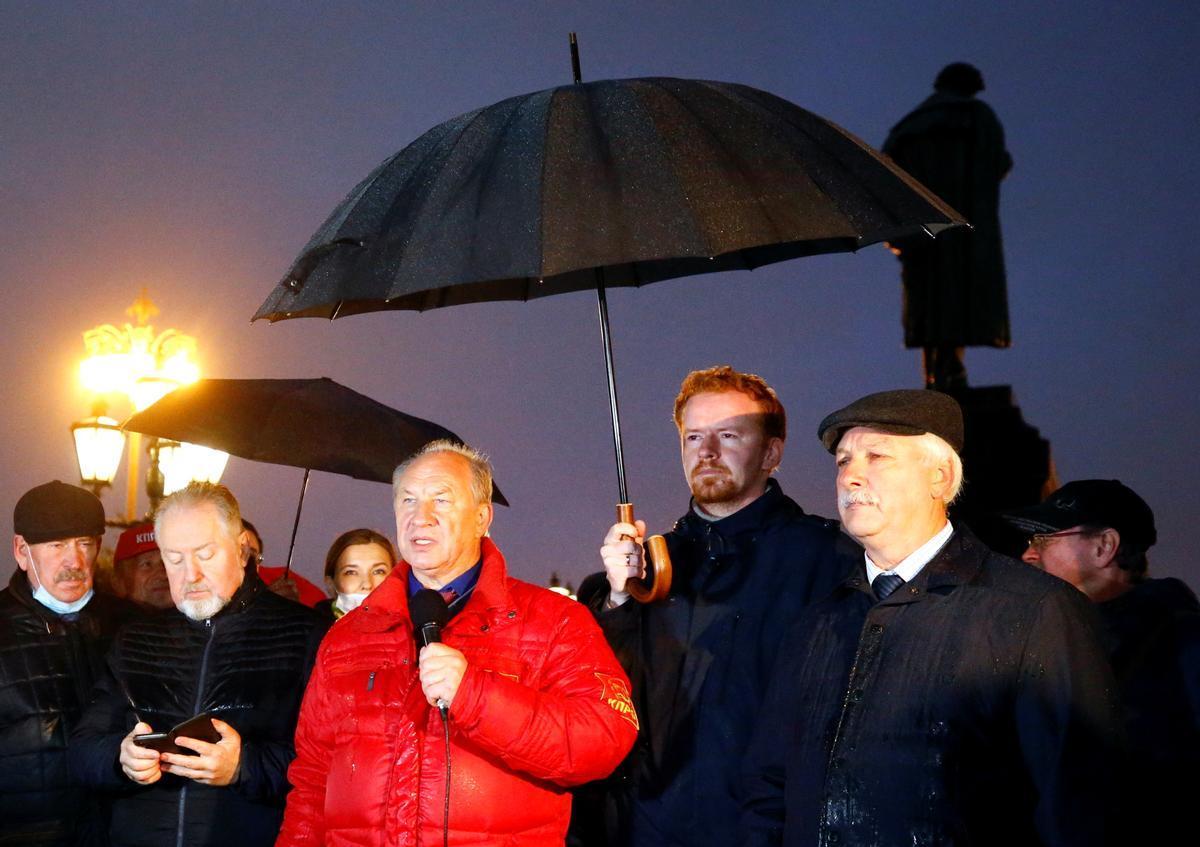 Valery Rashkin el primer secretario del Partido Comunista ruso, se dirige a sus seguidores durante una protesta en contra de los resultados de las legislativas, este lunes e Moscú.
