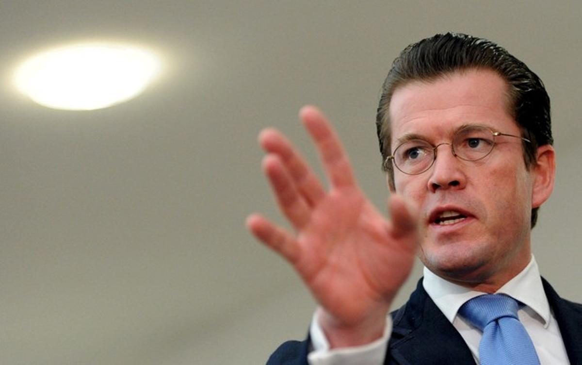 El ministro alemán de Defensa, Karl Theodor zu Guttenberg, en la rueda de prensa en la que ha pedido disculpas por copiar textos.
