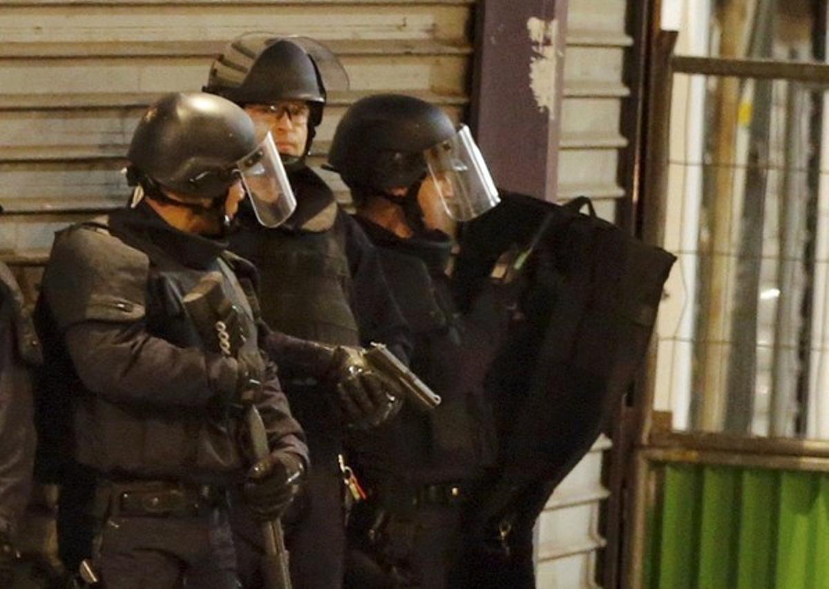 Agentes de las fuerzas especiales rodean el edificio donde se han atrincherado los terroristas, en Saint-Denis.