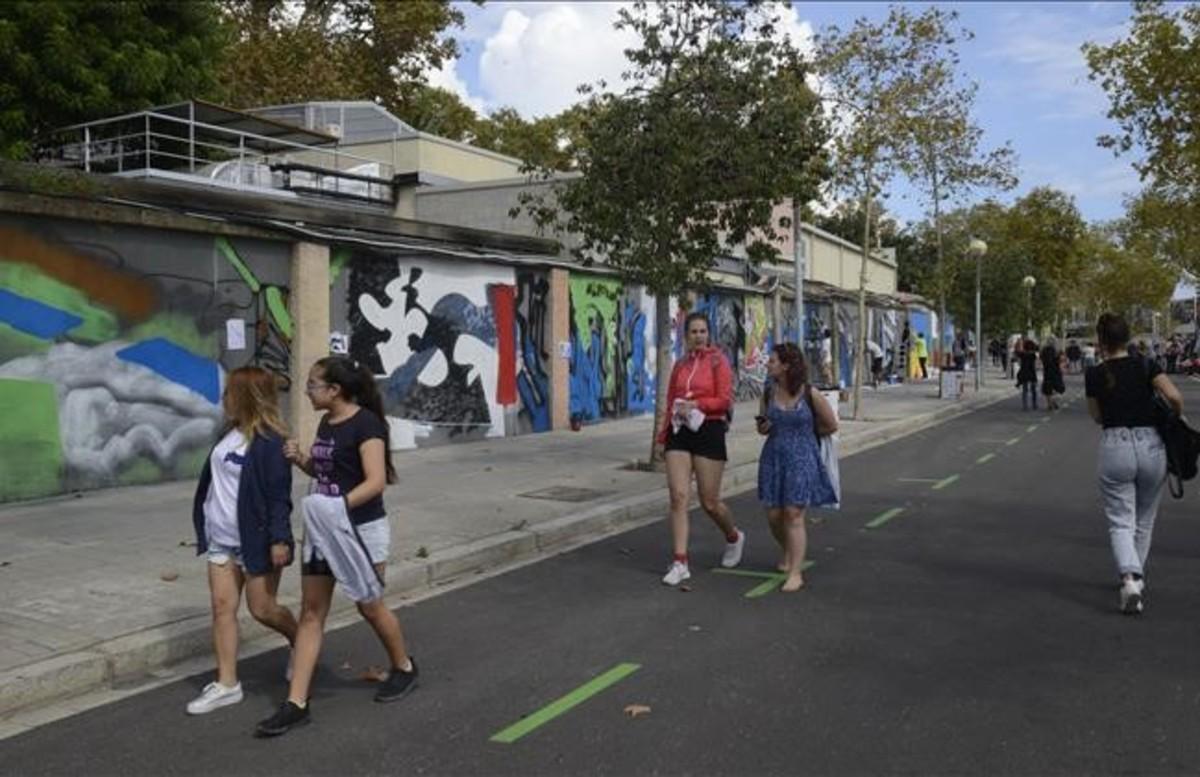 Exhibición de arte urbano en el 'Mur transitable' del paseo de la Circumval·lació.