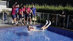 Nikola Mirotic, arrojado a la piscina por sus compañeros azulgranas, en València.