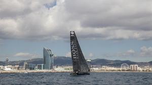 El 'Hugo Boss' de Alex Thomson, en su salida, el pasado miércoles, frente a la costa de Barcelona.