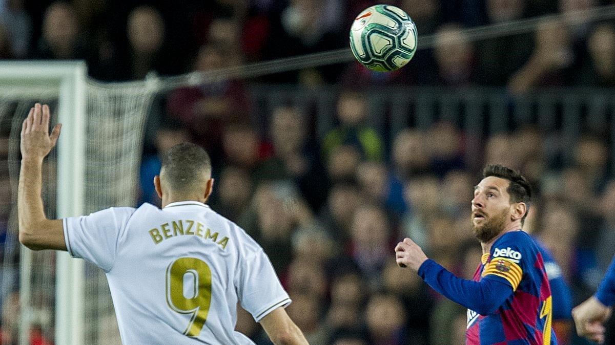 Benzema y Messi se disponen a pugnar por el balón en el clásico del Camp Noui de diciembre del 2019.