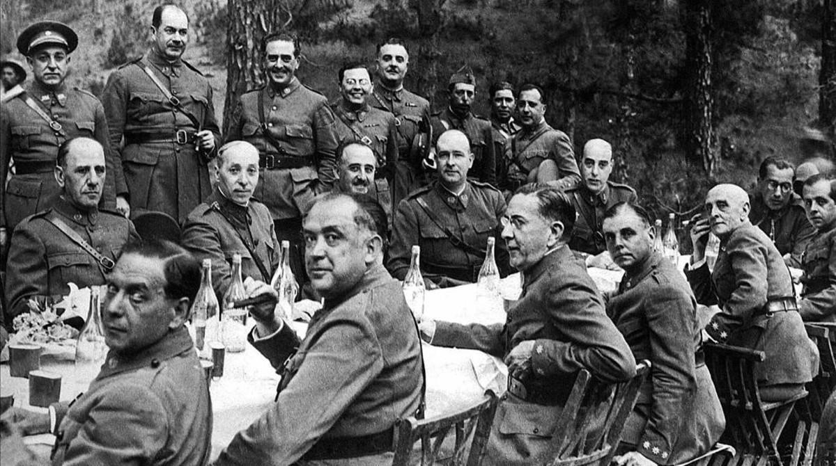 Comida celebrada a principios de julio de 1936por los jefes y oficiales de las guarniciones de Canariasbajo la presidencia deFranco (en el centro de la imagen).