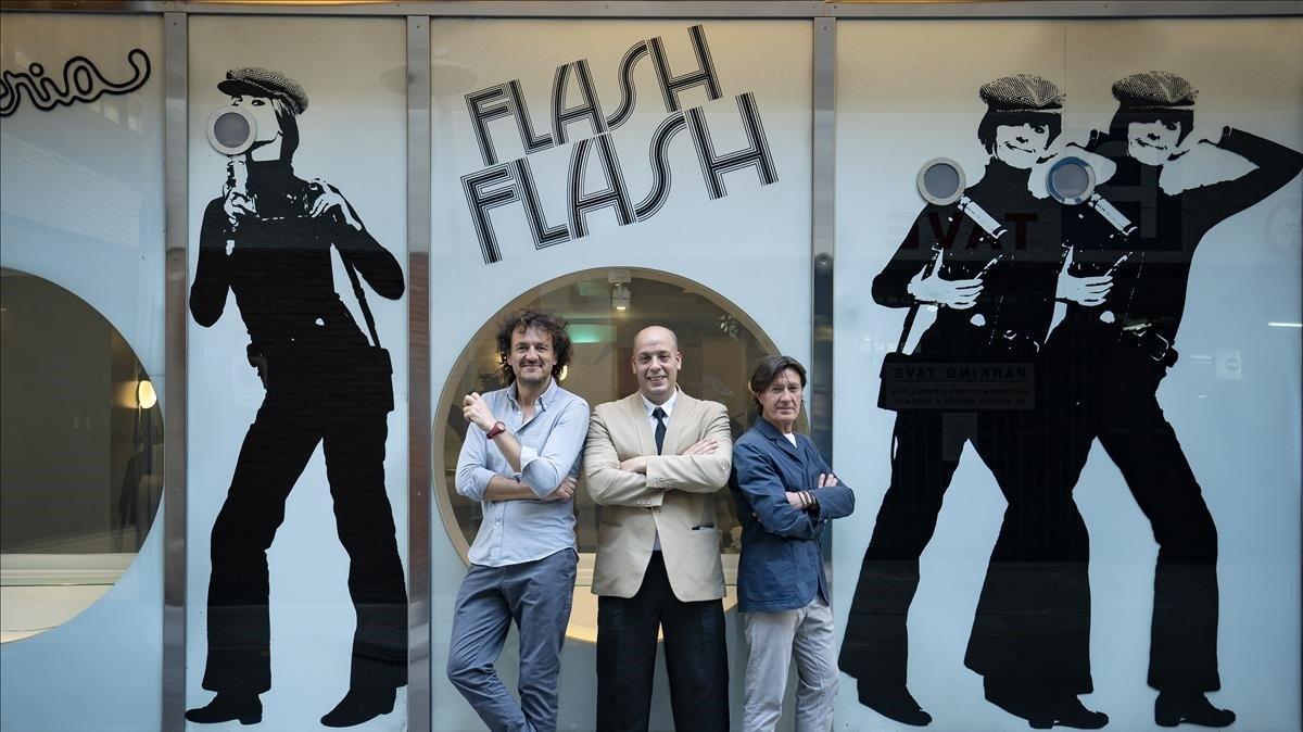 Ante la fachada del Flash Flash, Iván Pomés, Jordi Paesa y Javier Hoyos.