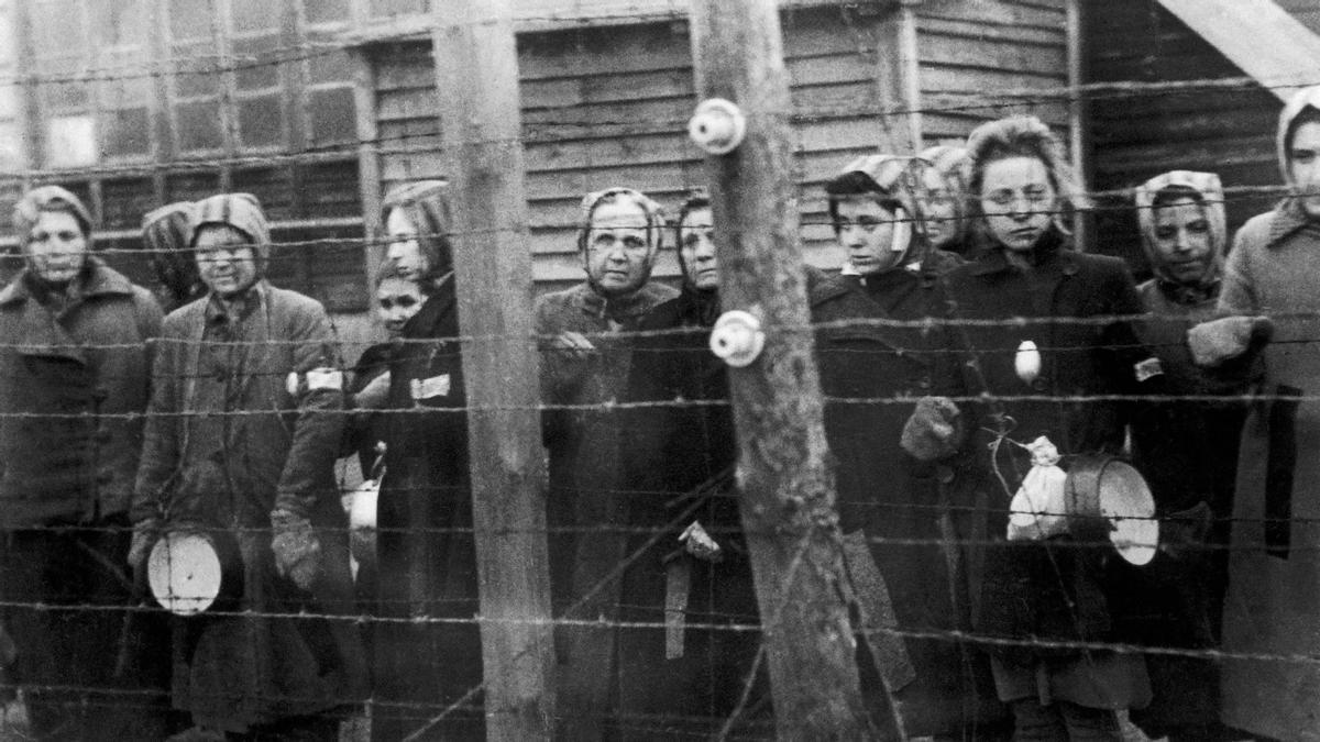 Mujeres presas tras las alambradas del campo nazi de Ravensbrück.