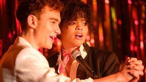 Olly Alexander (Ritchie) y Lydia West (Jill) en una imagen de 'It's a sin'.