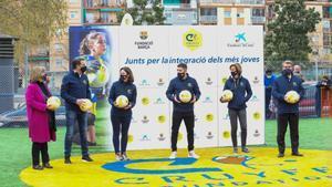 Laporta acompaña a Jordi Alba en la inauguración de la Cruyff Court en L'Hospitalet.