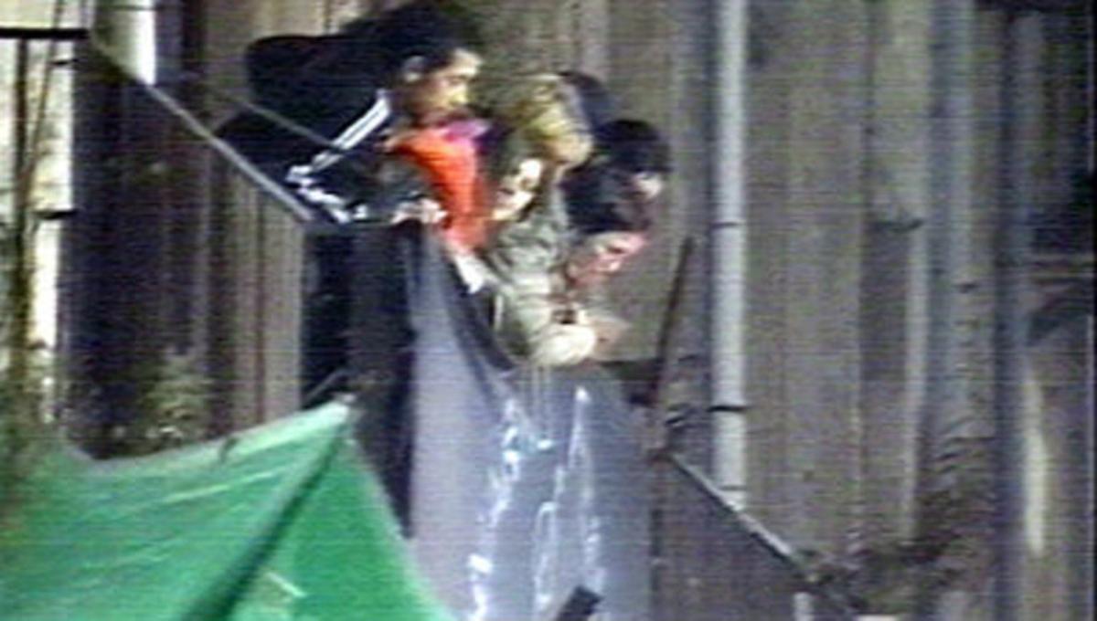 Varios jóvenes, en la casa ocupada donde se celebraba la fiesta que motivó la intervención policial, el 4 de febrero del 2006.