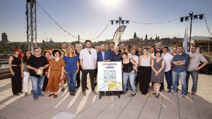 El equipo de verano deCatalunya Ràdio, con su director Saül Gordillo (centro),en la presentación de la parrilla.