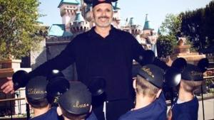 Miguel Bosé con su hijos y los de Nacho Palau, en Disneyland.