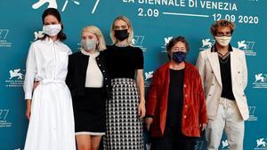 El equipo de la película 'The world to come' con la actriz Katherine Waterston, la directora Mona Fastvold, la actriz Vanessa Kirby, la productora Christine Vachon y el actor Christopher Abbot.