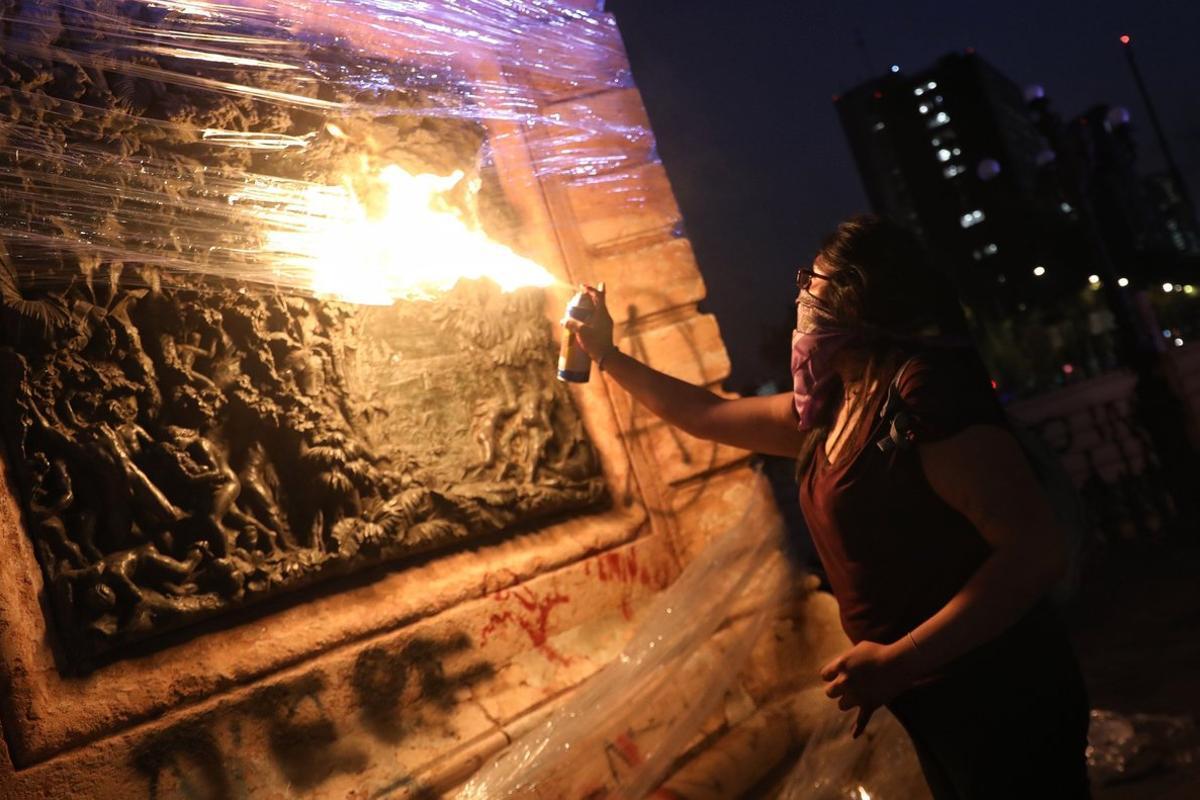 En plena avenida Reforma, un grupo de 30 chicas con sus rostros tapados, destruyeron mobiliario urbano y monumentos de la ciudad.