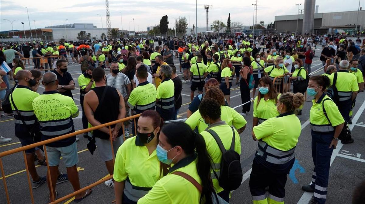 GRAFCAT779  BARCELONA (ESPANA)  24 08 2020 -Trabajadores de Acciona  encargada de la logistica de Nissan se manifiestan ante las puertas de la planta de Nissan en Barcelona e impiden el acceso a los trabajadores que este lunes regresan a la planta de Barcelona tras semanas de huelga  EFE  Alejandro Garcia