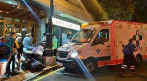 Servicios de emergencia ante el portal en que fue agredida una mujer en Oviedo.
