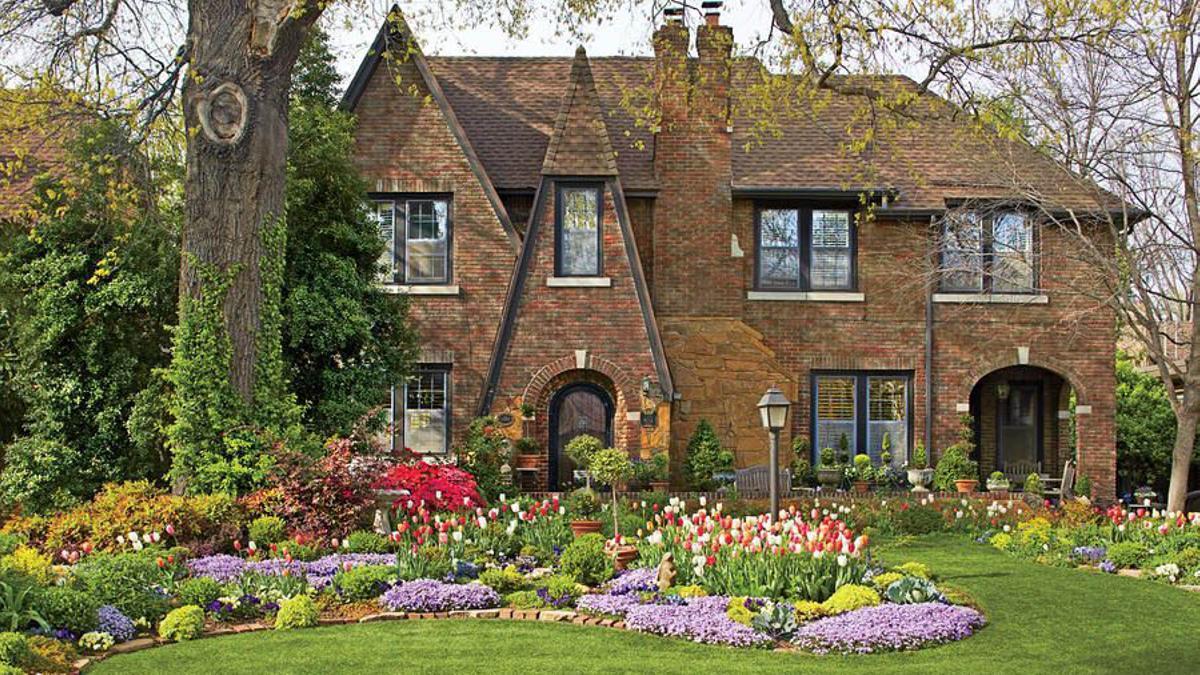 Casa de campo inglesa con su jardín.