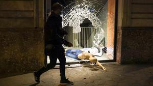 Escaparate destrozado durante las protestas en Barcelona