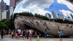 Pintan grafitis sobre el icónico 'The bean' ('el frijol') de Chicago.