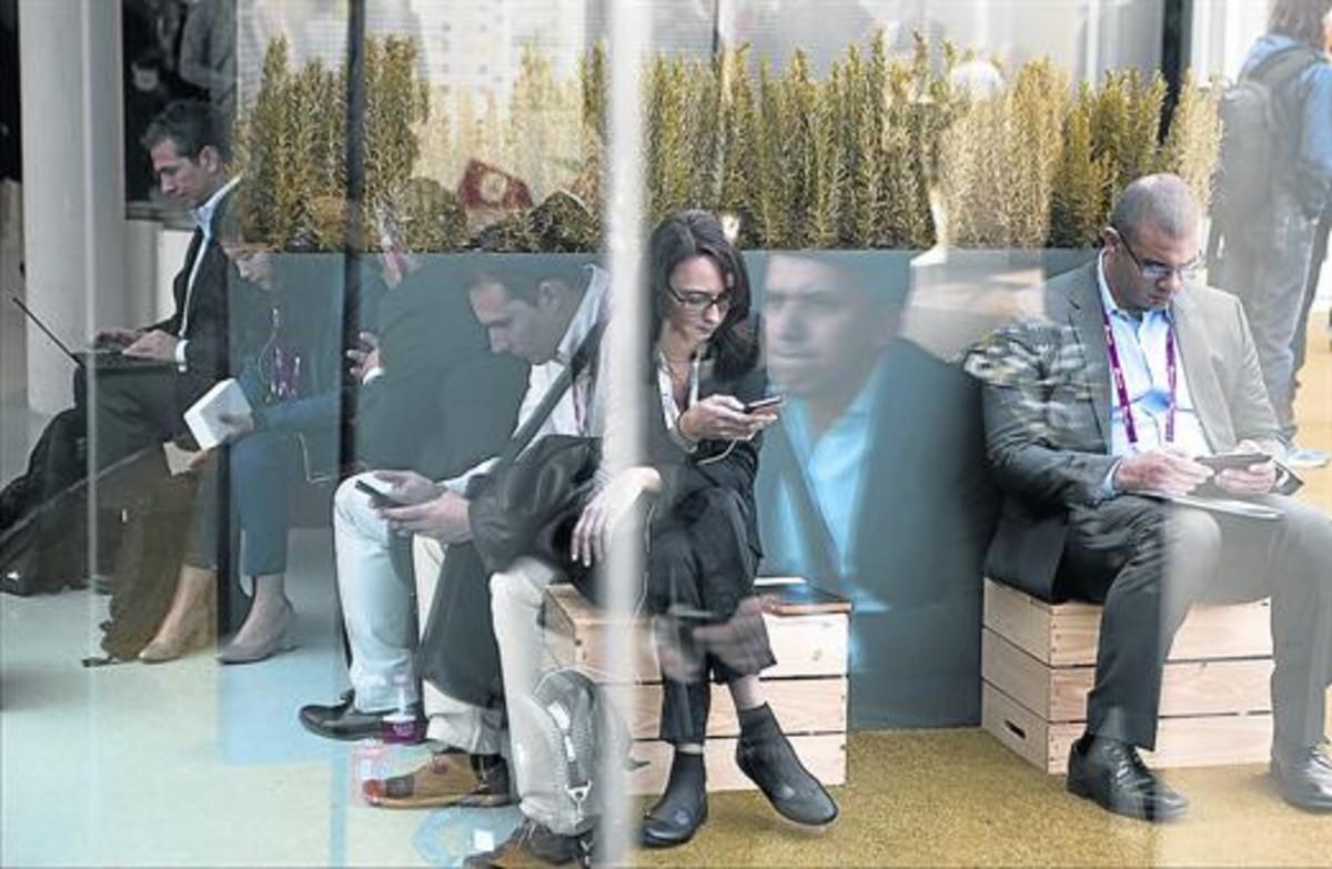 Un grupo de jóvenes 'millennials, en Barcelona.