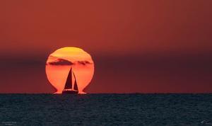 La imagen recodida por la NASA de un velero frente al Sol.