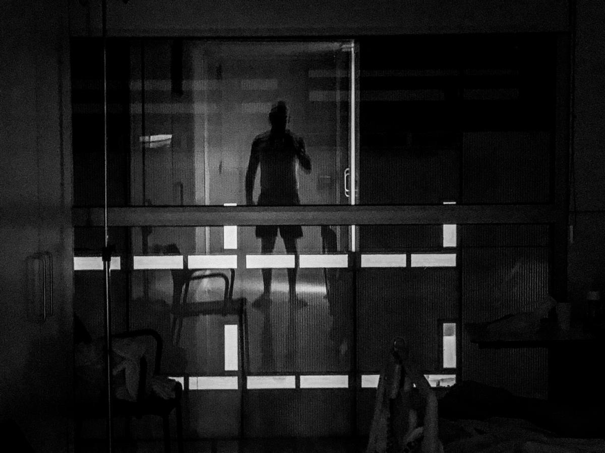 Son las 3.36 de la noche y me levanto para ir al baño. Al cruzar la habitación me veo reflejado en el cristal de la ventana. Vulnerabilidad, miedo, lucha y amor incondicional. Mezcla de sensaciones difíciles de describir .
