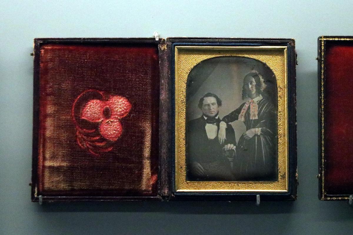 Exposición 'La mirada captiva' en el centro KBr de Barcelona. La comenta el co-comisario de la muestra, Joan Boadas Raset. En la foto, uno de los daguerrotipos expuestos.