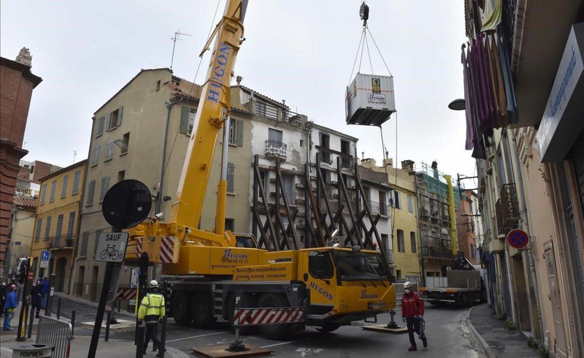 Una grúa y un contenedor han sido necesarios para sacar de su casa a un hombre de 300 kilogramos en Perpiñán.