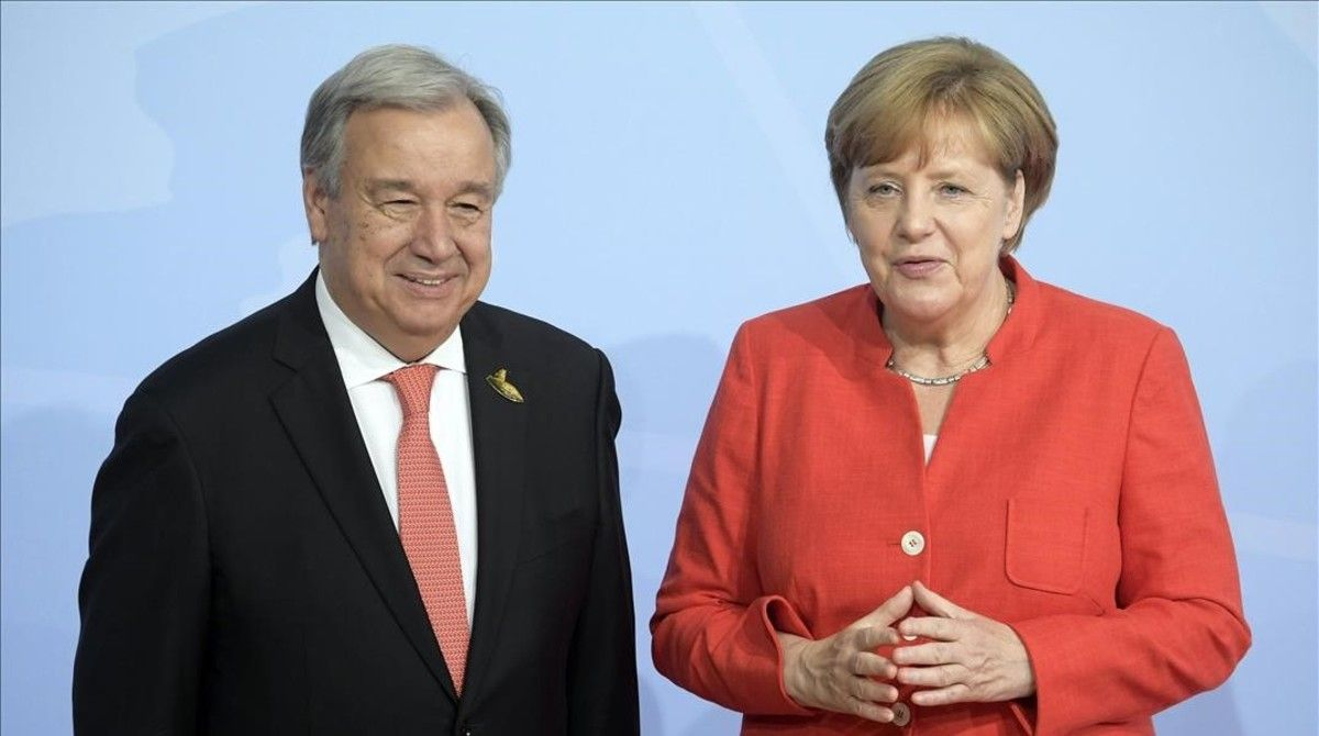 La canciller alemana,Angela Merkel,da la bienvenida al secretario general de la ONU,Antonio Guterres.