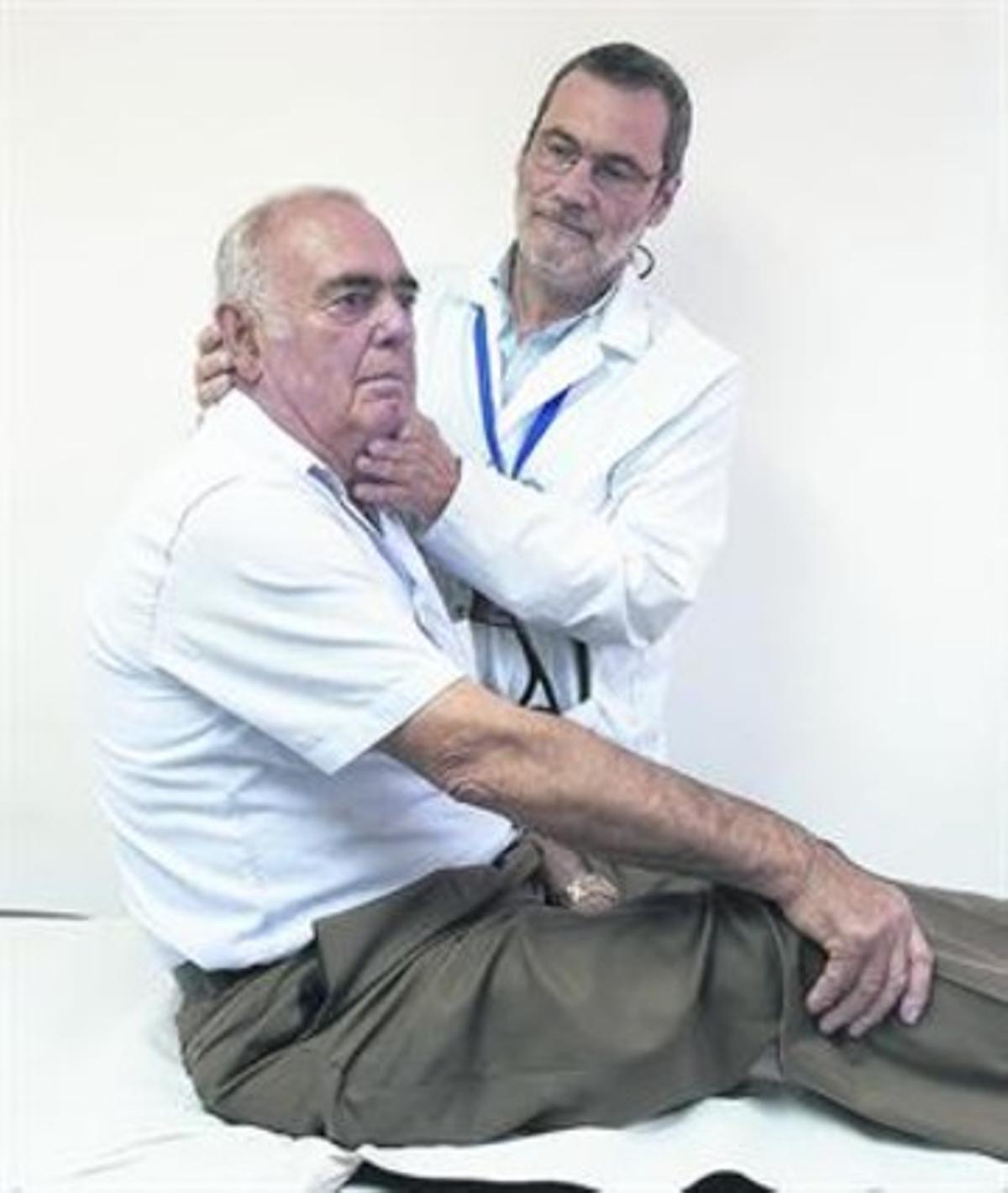 DIAGNÓSTICO.El doctor José Luis Ballvé realiza una exploración a un paciente en su consulta.