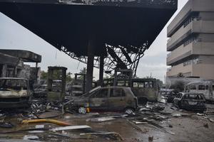 Vehículos calcinados tras la fuerte explosión de una gasolinera en Accra, Ghana.