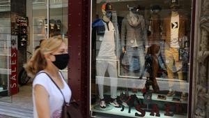 Una tienda de Barcelona en rebajas, con los maniquís con mascarillas.