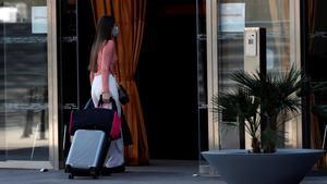 Una mujer entra en un hotel de Barcelona.