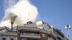 Espectacular columna de fum davant de la Sagrada Família per un incendi en un Burger King