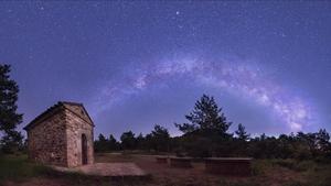 Mirador astronómico de Sant Roc, en las montañas de Prades, con la Vía Láctea.