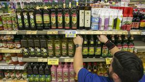 Botellas de aceite de oliva en un supermercado de Barcelona.