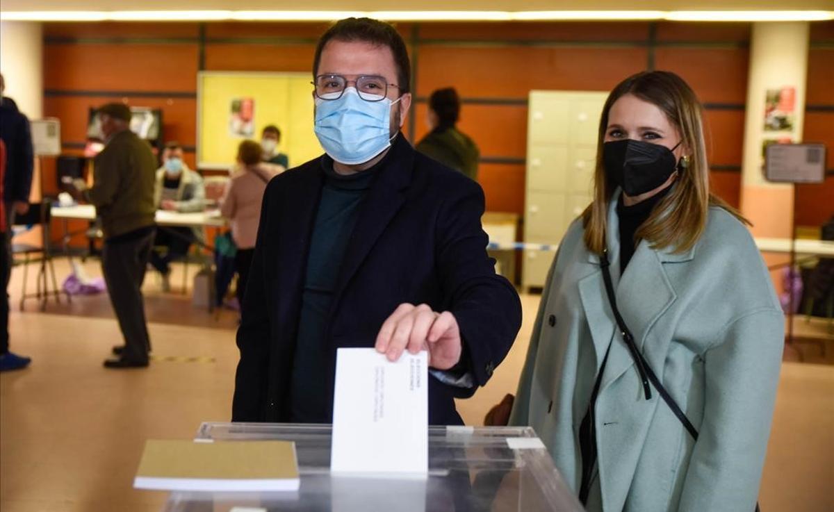 Pere Aragonès vota en un colegio de Pineda de Mar.