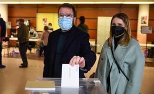 Pere Aragonés deposita su voto.