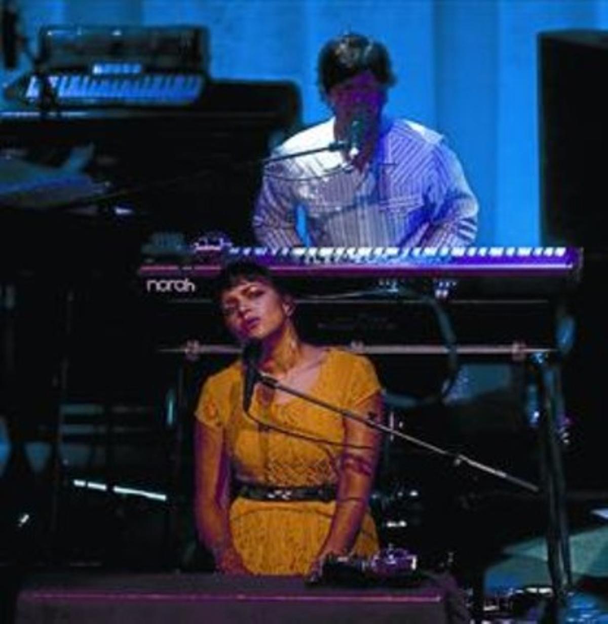 Norah Jones, al piano, durante su concierto del jueves en el Auditori.