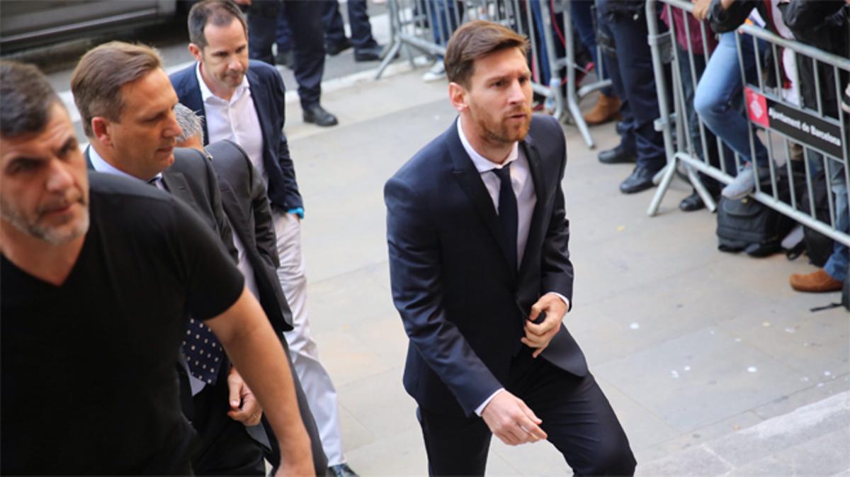 El jugador blaugrana acude a la Audiencia de Barcelona, citado por el juez junto a su padre, ambos acusados de fraude fiscal