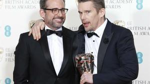 Ethan Hawke y Steve Carrell han recogido el premio a la mejor película en nombre de Richard Linklater, director de 'Boyhood'.