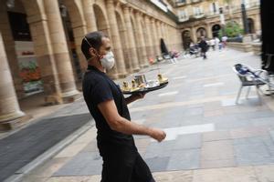 Un camarero de una terraza en el centro de Bilbao.