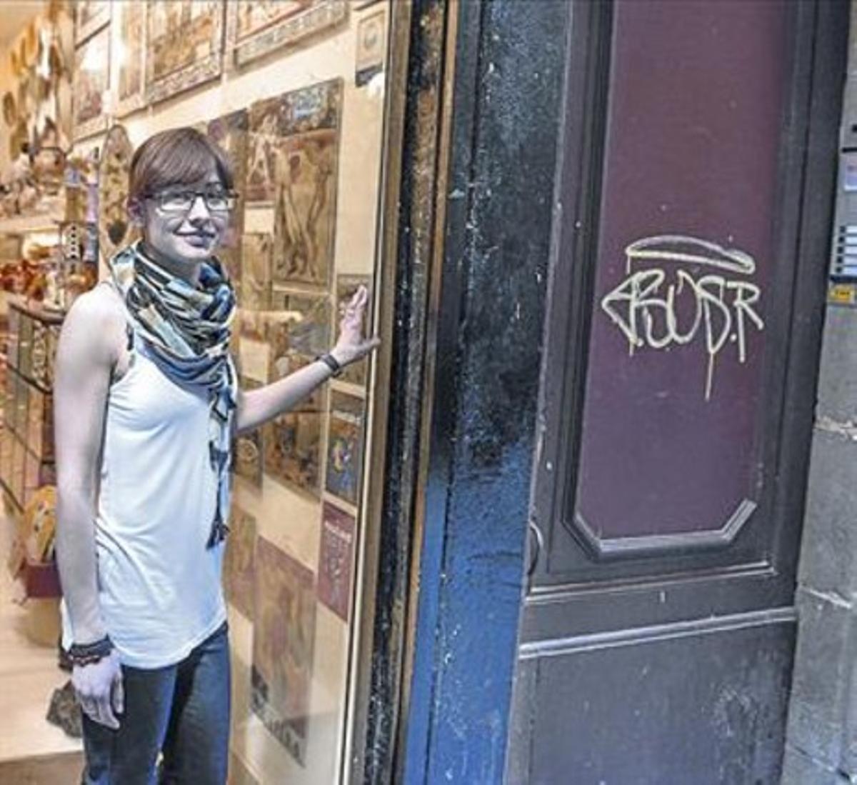 Un turista en el Born, al lado de una empresa de alquiler de apartamentos.