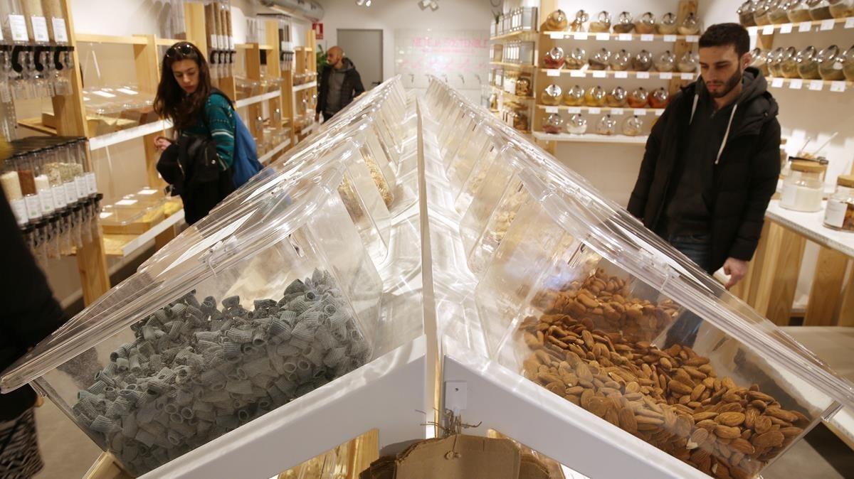 Tres clientes compran a granelen el supermercado Yes Future.